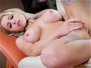 slender and muscly Alix Lynx worships her own snatch