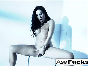 extraordinaire Asa Akira plays with her cootchie